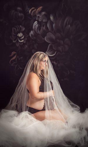 photographe grossesse lyon bourgoin jallieu grenoble vienne femme enceinte studio robe rouge fine art fleurs