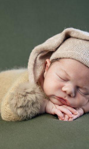 photographe naissance bébé nouveau né rhone alpes lyon cremieu grenoble bourgoin jallieu isère rhone ain meximieu artistique professionnel formée séance photo doux blanc garçon ou fille dans un panier noir et blanc